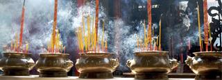 Nubes de sahumerios: un marco típico de los templos asiáticos